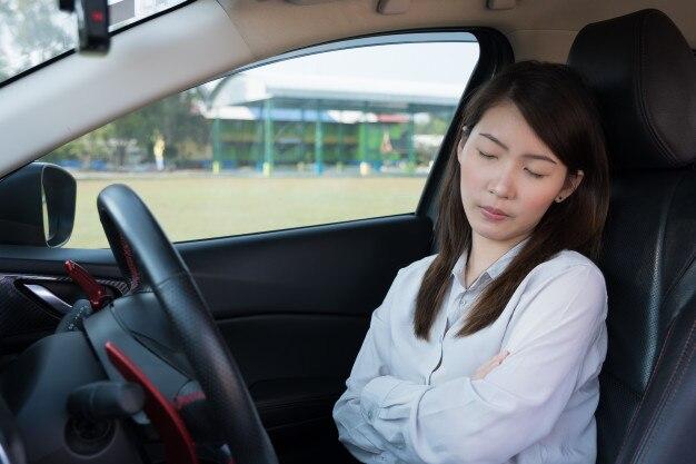 Junge frau, die im auto schläft