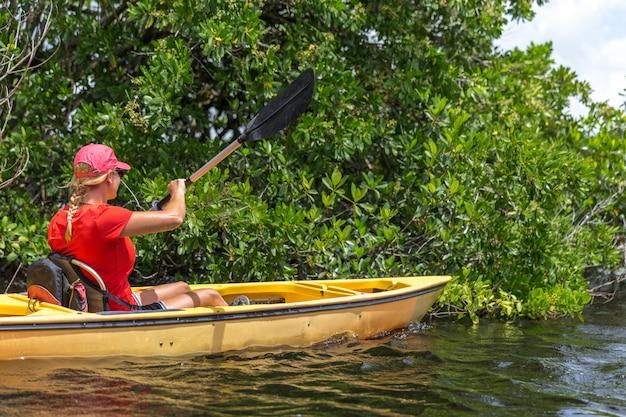 Junge frau, die im everglades-nationalpark kayak fährt