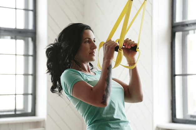 Junge frau, die im fitnessstudio trainiert