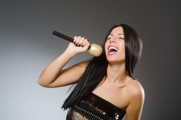 Junge frau, die im karaokeverein singt