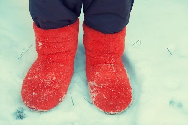 Junge frau, die im schnee bleibt