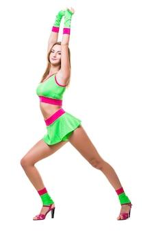 Junge frau, die im studio auf lokalisiertem hintergrund tanzt und springt