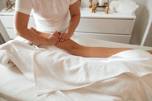 Junge frau, die im wellnesscenter therapeutische massage erhält