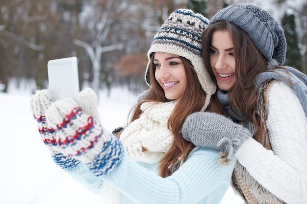 Junge frau, die im winter ein selfie nimmt