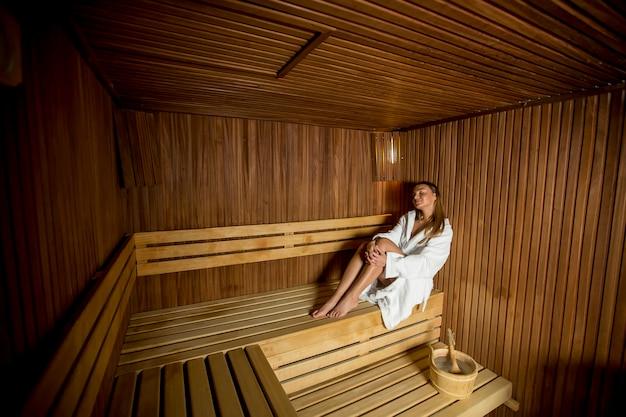 Junge frau, die in der sauna sich entspannt
