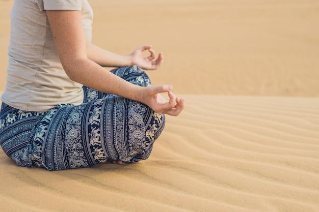 Junge frau, die in der wüste, vietnam meditiert