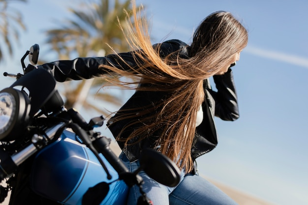 Junge frau, die in einem motorrad aufwirft