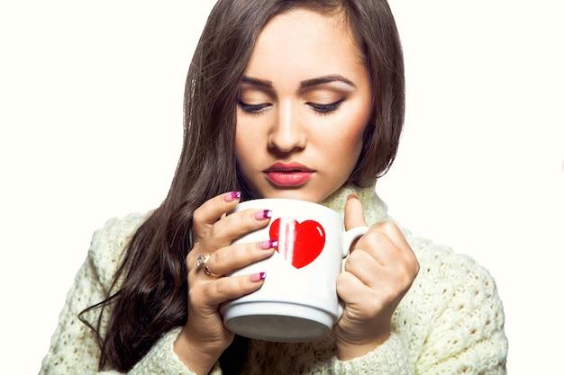 Junge frau, die kaffee trinkt