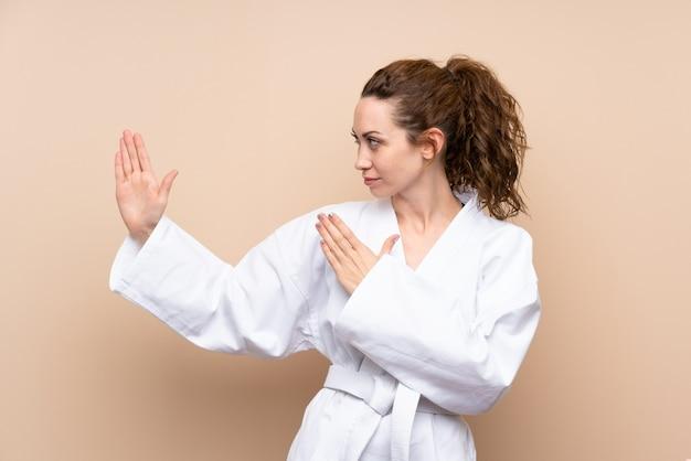 Junge frau, die karate tut