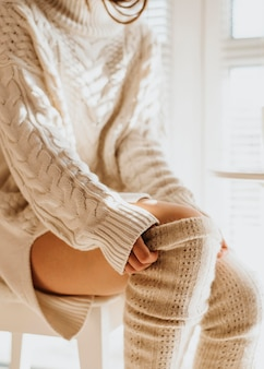 Junge frau, die kuschelige winterkleidung trägt