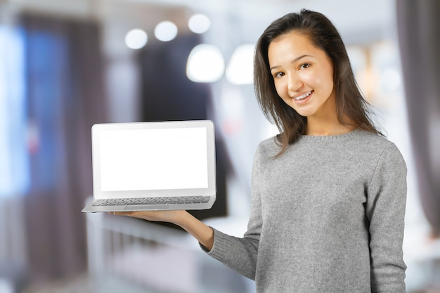 Junge frau, die laptop-computer verwendet