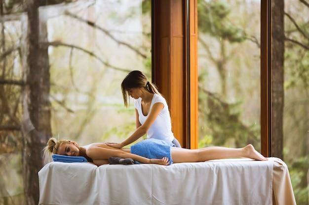 Junge frau, die massage im badekurort hat