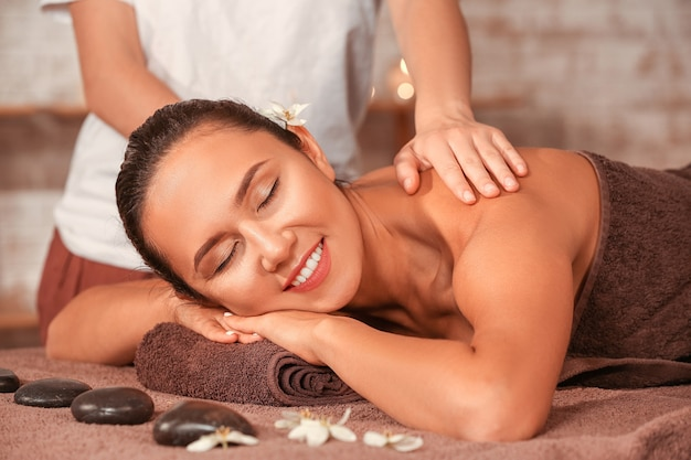 Junge frau, die massage im spa-salon hat