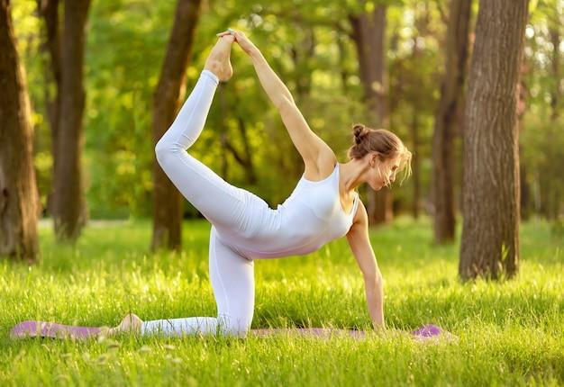 Junge frau, die meditation genießt. kaukasische frau, die yoga praktiziert.