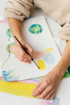 Junge frau, die mit aquarellen malt