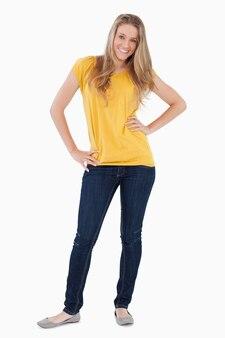 Junge frau, die mit einem gelben hemd aufwirft