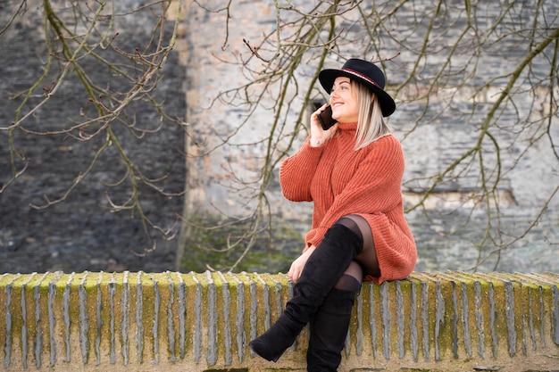 Junge frau, die mit freunden über europa mit roaming telefoniert