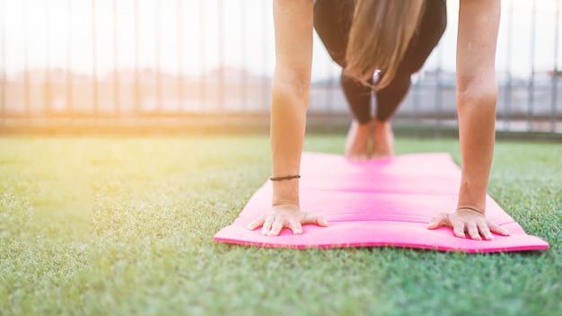 Junge frau, die morgens yoga tut