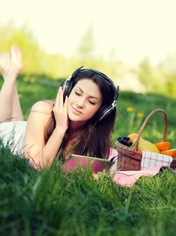 Junge frau, die musik hört
