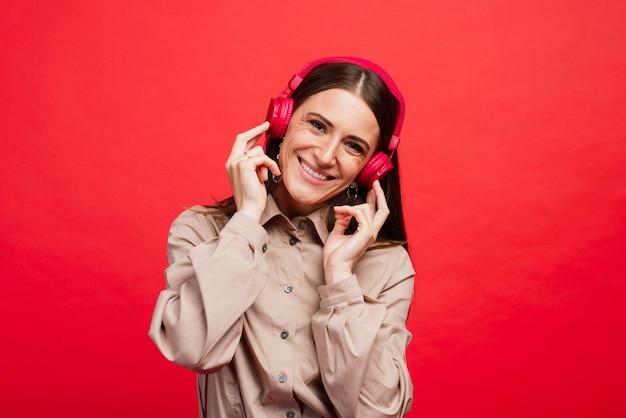 Junge frau, die musik in kopfhörern hört