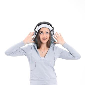 Junge frau, die musik mit kopfhörern hört