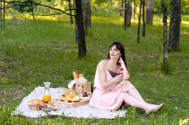 Junge frau, die picknick im park hat