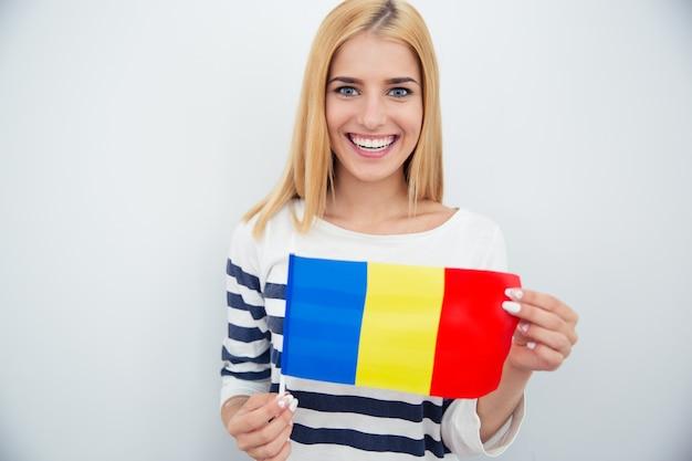 Junge frau, die rumänische flagge hält