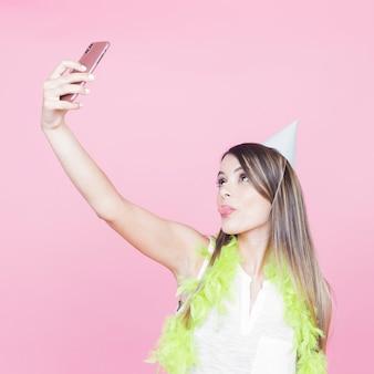 Junge frau, die selfie mit smartphone nimmt