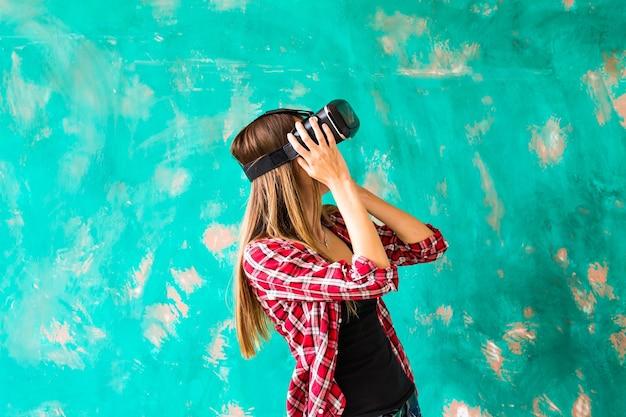 Junge frau, die sich für die verwendung des virtual-reality-geräts schockiert.