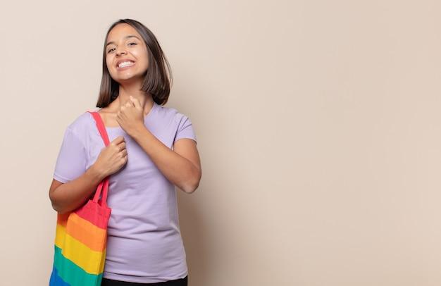 Junge frau, die sich glücklich, positiv und erfolgreich fühlt, motiviert, wenn sie sich einer herausforderung stellt oder gute ergebnisse feiert