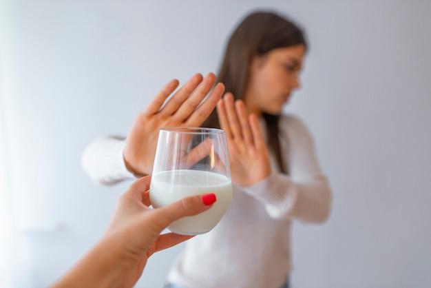 Junge frau, die sich weigert, milch zu trinken