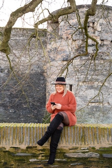 Junge frau, die smartphone und neue technologien verwendet, um zu reisen und ferien in europa zu verbringen