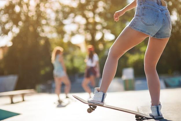 Junge frau, die spaß im skatepark hat