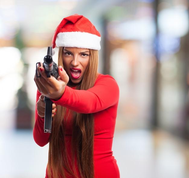Junge frau, die spaß mit einer pistole