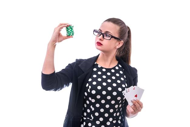 Junge frau, die spielkarten und pokerchips lokalisiert auf weiß hält. glücksspiel-konzept. kombination aus vier assen