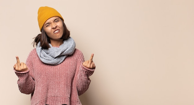 Junge frau, die stolz und überrascht ist, selbstbewusst zeigt und sich als erfolgreiche nummer eins fühlt