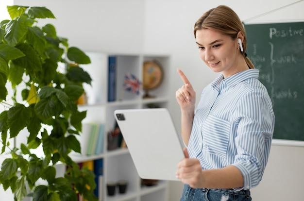 Junge frau, die studenten im englischunterricht online unterrichtet