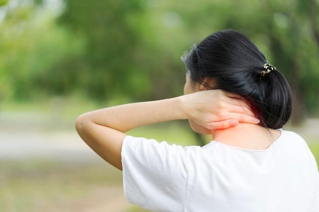 Junge frau, die unter nackenschmerzen, gesundheitskonzept leidet.