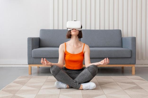 Junge frau, die videospiele spielt, während sie eine virtual-reality-brille trägt