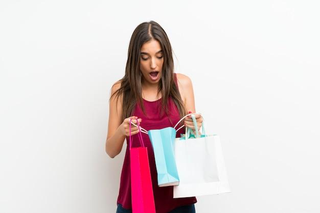 Junge frau, die viele einkaufstaschen hält