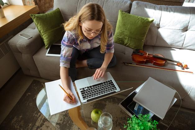 Junge frau, die während online-kursen zu hause lernt studying