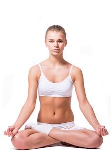 Junge frau, die yoga auf weißem hintergrund tut