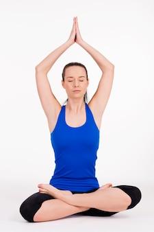 Junge frau, die yoga ausübt