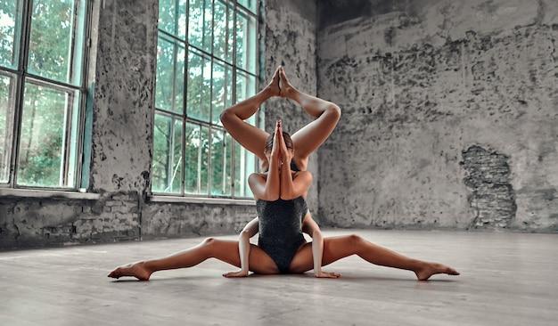 Junge frau, die yoga macht