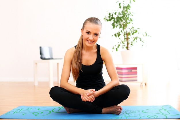 Junge frau, die yoga praktiziert