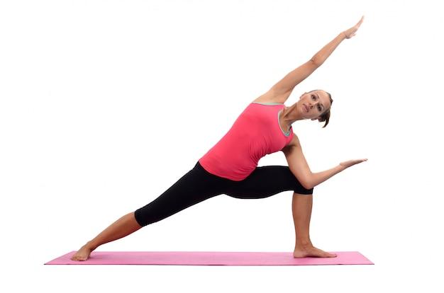 Junge frau, die yoga tut