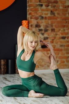 Junge frau, die yoga und fliegenyogakonzept praktiziert Kostenlose Fotos