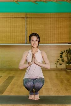 Junge frau, die yoga zeichen hände namaste tut