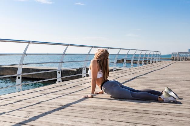 Junge frau, die yogaübungen tut.