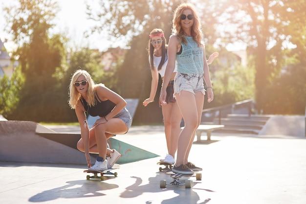 Junge frau, die zeit zusammen im skatepark verbringt